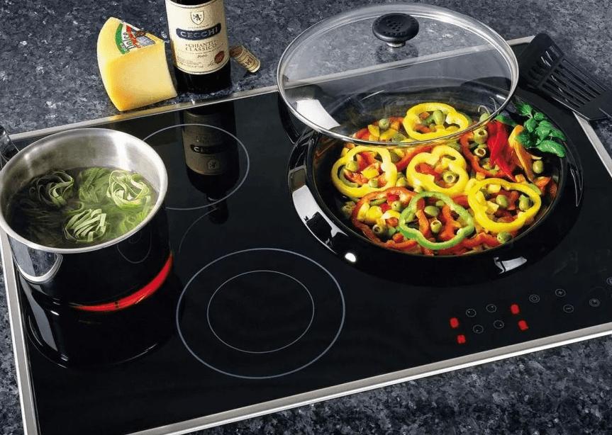 Стеклокерамическая варочная плита на кухне