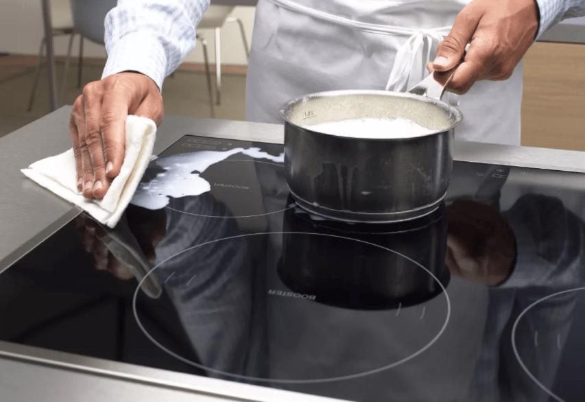 Чистим панель от молока и сахара