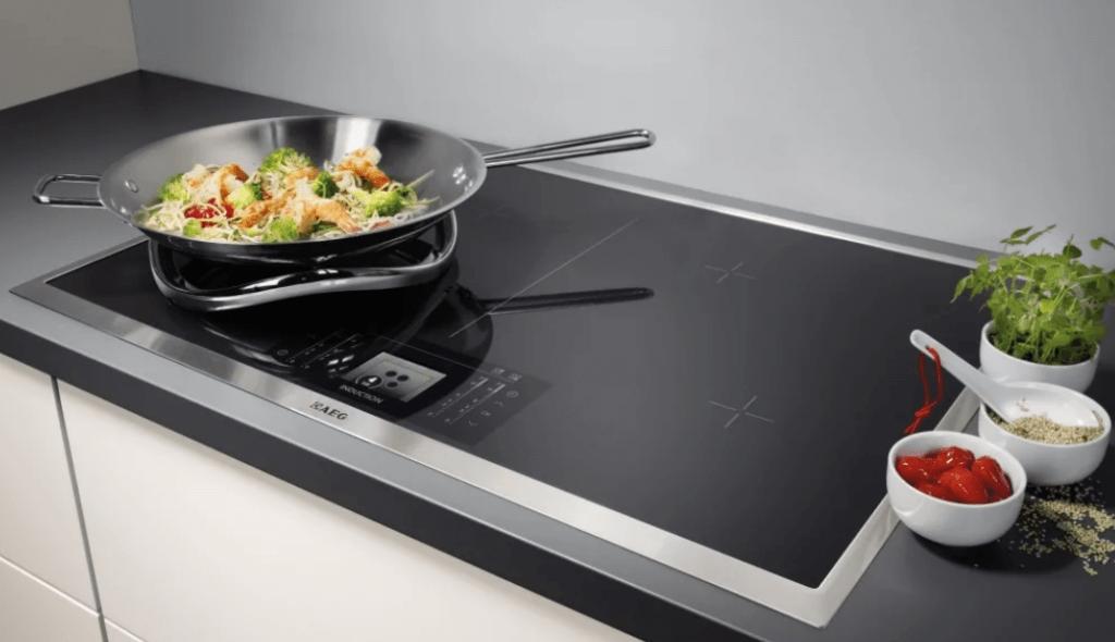 хорошая стеклокерамическая плита на кухне